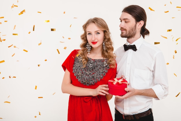 新しい年を祝うスタイリッシュなカップル