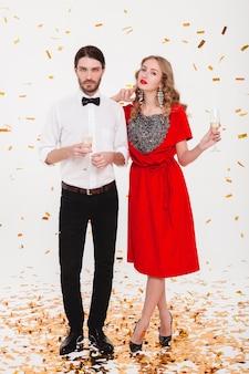 새해를 축하하고 샴페인을 마시는 사랑에 젊은 세련된 커플