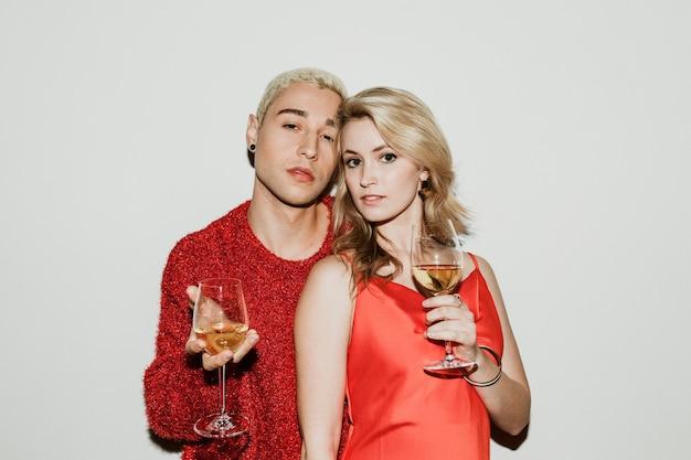 白ワインと若いスタイリッシュなカップル