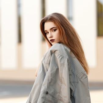 거리에 재킷과 세련 된 소녀 모델