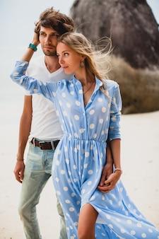 Молодая стильная хипстерская влюбленная пара на тропическом пляже во время отпуска