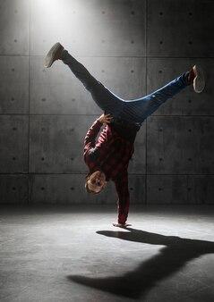 スタジオでポーズをとる若いスタイリッシュな男性ブレイクダンサー