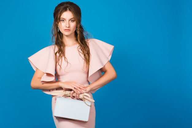 핑크 럭셔리 드레스, 여름 패션 트렌드, 세련된 스타일, 유행 핸드백을 들고 젊은 세련된 섹시한 여자