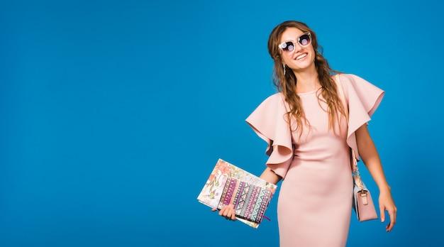 핑크 럭셔리 드레스, 여름 패션 트렌드, 세련된 스타일, 선글라스, 패션 블로커의 젊은 세련된 섹시한 여자