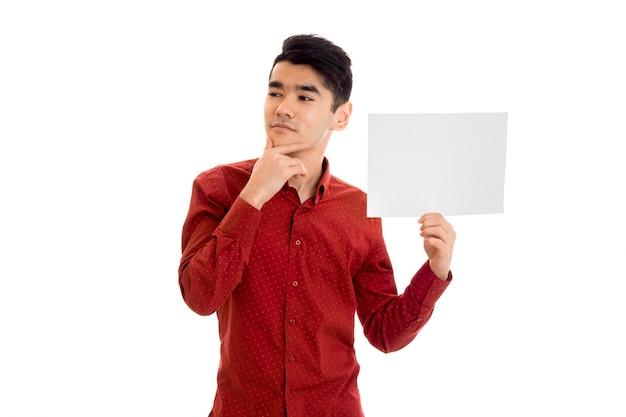 白い背景で隔離の手でプラカードでポーズをとって若いスタイリッシュな思いやりのある男性モデル