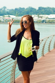 Giovane donna alla moda che tiene smart phone