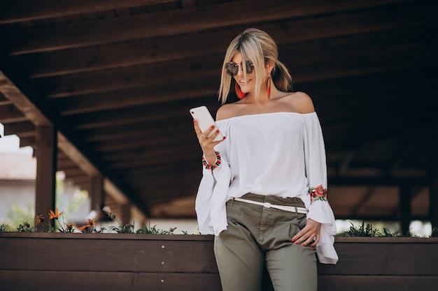 Молодая стильная женщина в белой рубашке