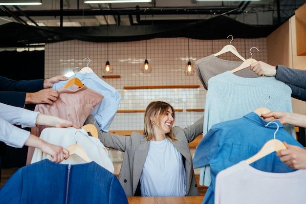 패션 스타일 셔츠 세트를 통해 찾고 젊은 스타일리스트