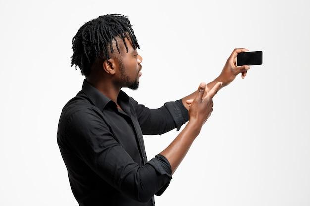 白のselfieを作る若い成功したアフリカの実業家。
