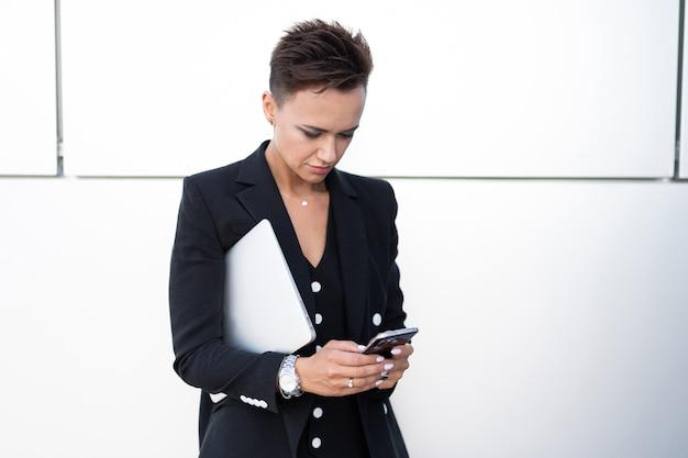 若い成功したビジネスの女性、会社経営の専門家