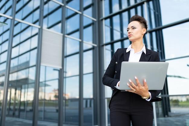노트북으로 젊은 성공적인 비즈니스 레이디