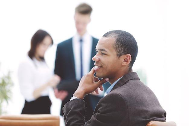 사무실의 배경에 젊은 성공적인 사업가