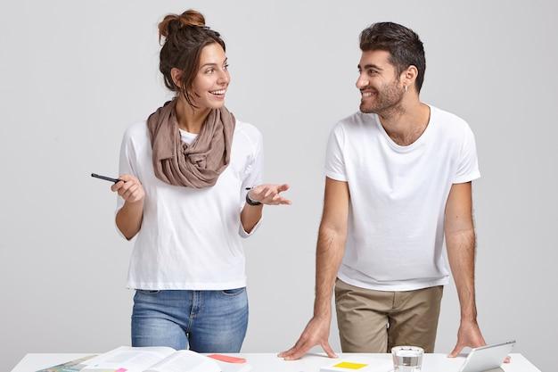 Молодые успешные дизайнеры работают в помещении
