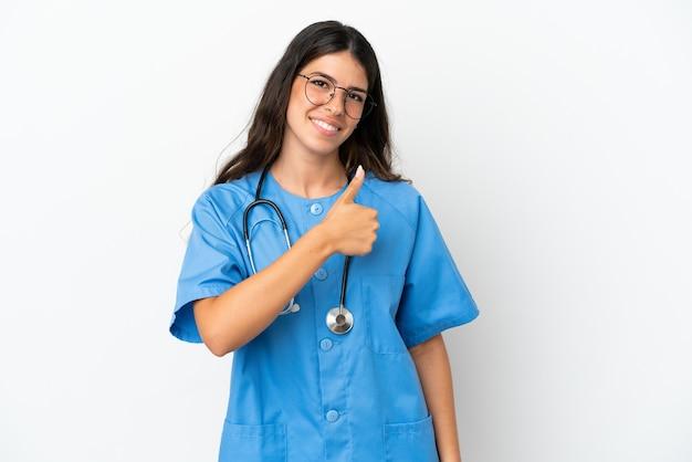 제스처를 엄지손가락을 포기 하는 흰색 배경에 고립 된 젊은 외과 의사 백인 여자