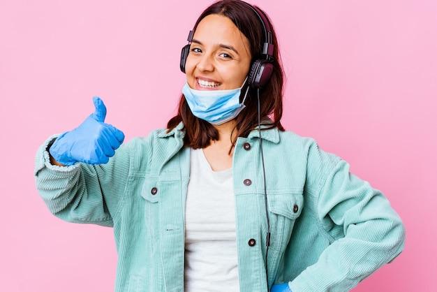 Молодая женщина-хирург, слушающая музыку с изолированными наушниками