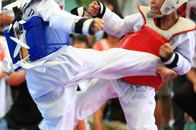 어린 태권도 선수들이 대회 중 파이팅을 하고 있다.