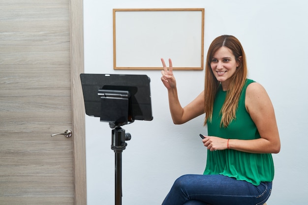 Молодой учитель дает онлайн-уроки дома по видеозвонку. понятие о новых технологиях, учебе и занятиях онлайн.
