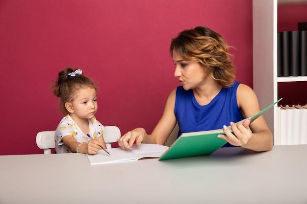 어린 소녀와 함께 교실에서 젊은 교사. 과외 개념.