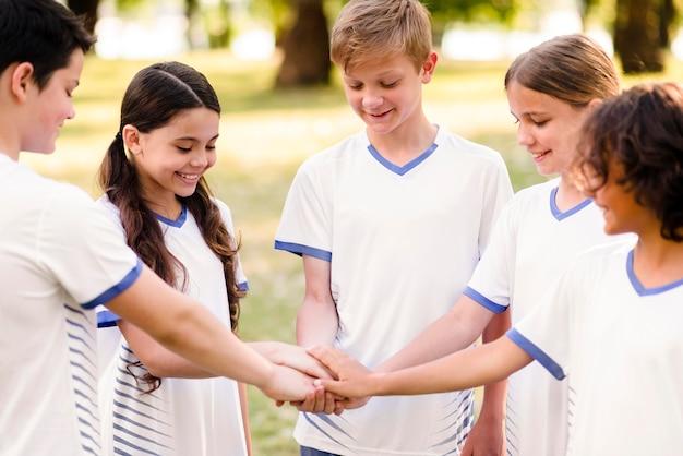 Giovane squadra che si prepara a giocare a calcio