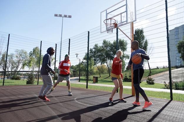 젊은 팀. 농구 훈련을하면서 함께 노는 좋은 젊은 사람들