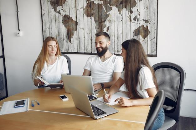Молодая команда работает вместе и использовать ноутбук