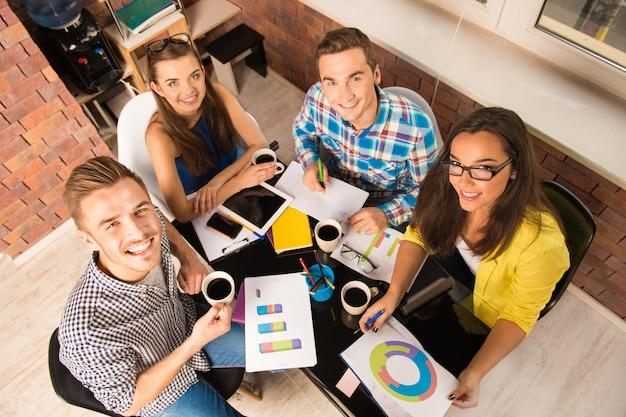Молодая команда, работающая с бизнес-проектом