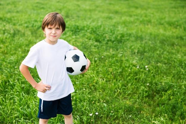 サッカーチームの競技場で若い十代の少年。スポーツ。