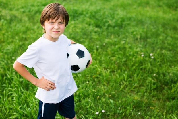 サッカーチームの競技場で若い十代の少年