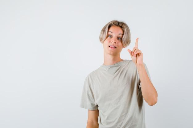 Giovane ragazzo teenager che mostra il gesto di eureka