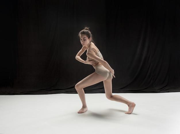 흰색 바닥 스튜디오 배경에 춤 젊은 십 대 댄서. 발레리나 프로젝트.
