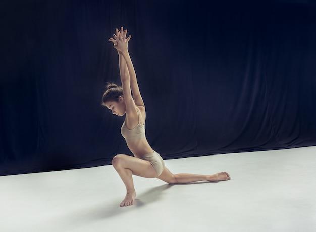 若い10代のダンサーイオン白い床スペース。
