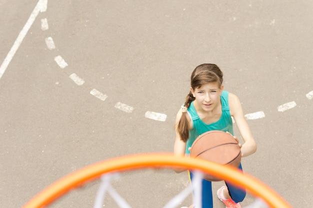 バスケットボールをする若い10代のアスリート