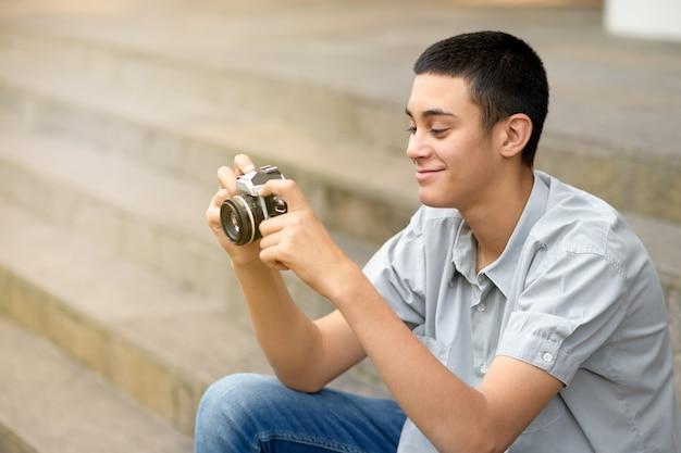 Молодой мальчик-подросток с помощью камеры