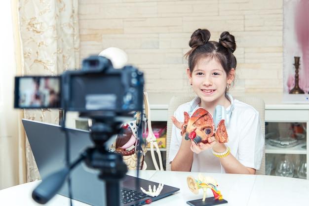 10代の少女が自宅でビデオブログを録画しています。彼女は加入者に人体の解剖学について話します。珍しい趣味。