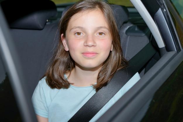 Молодая девушка сидит в машине