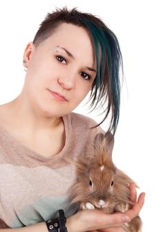 ウサギと若い10代の少女