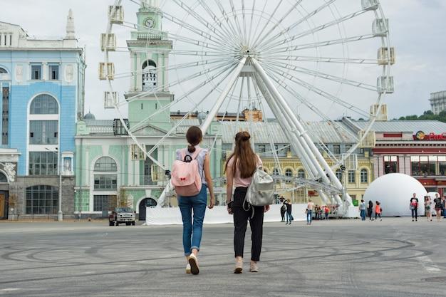 Молодые девочки-подростки гуляют по улицам города Premium Фотографии