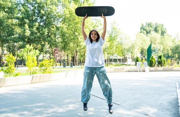 스케이트 파크에서 젊은 십 대. 전시 후 휴식을 취하고 있는 프로 스케이트보더