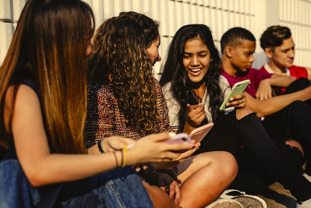 Молодые подросток друзья, охлаждение вместе
