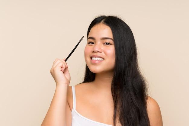 Молодая девушка подросток держит макияж кисти
