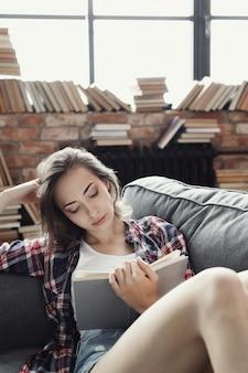 집에서 책을 읽는 어린 십 대 소녀