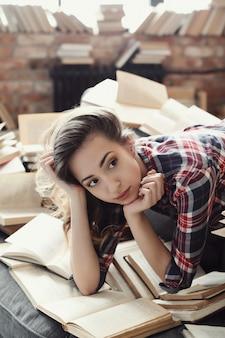 家で本を読んで若い10代の女の子