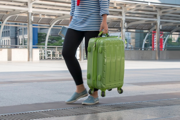 Молодой подросток перевозит багаж в аэропорт