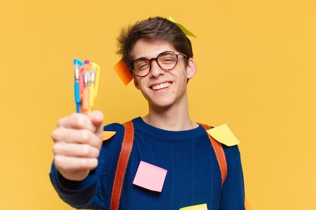 젊은 십 대 남자 행복 한 식입니다. 대학생 개념