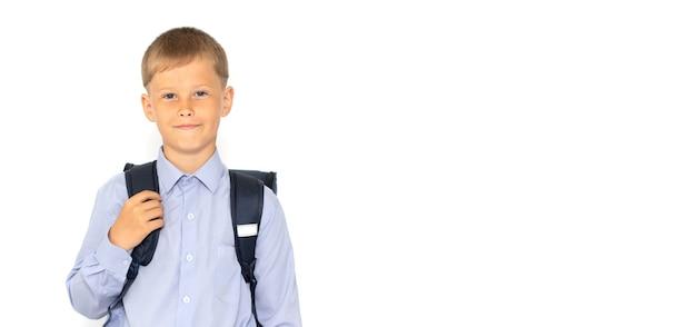 白い表面に学校のバックパックを持つ若いティーンエイジャー