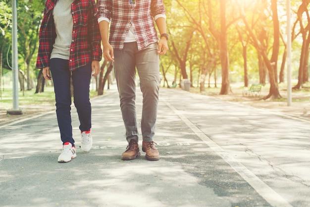 Молодые подростки пара, ходить вместе в парке, расслабляющий праздников