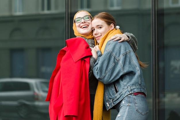 Молодые подростки обнимали друг друга