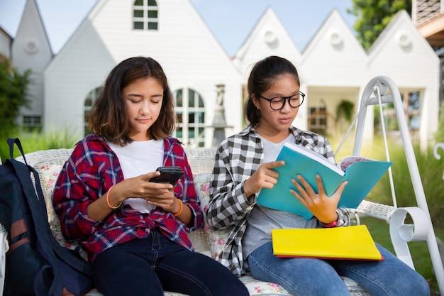 젊은 청소년 야외 독서