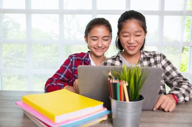 노트북을 사용하는 젊은 청소년