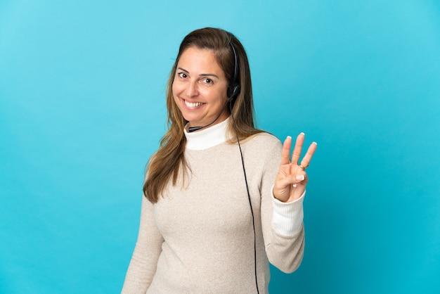 若いテレマーケティングの女性は幸せに孤立し、指で3を数える